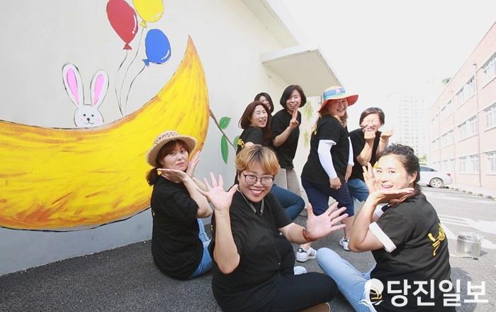 당찬사람들 23호 손은영 씨(맨 앞 중아)와 놀이서당 회원들.jpg